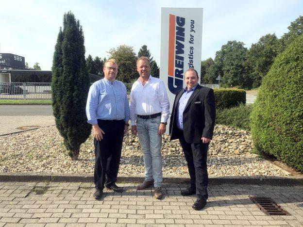 Am vergangenen Mittwoch bedankte sich der Geschäftsführer Jürgen Greiwing (Mitte) nochmals persönlich bei Carsten März, Leiter der Hilfsorganisationen und damaliger Einsatzleiter (links) und Kai Flottmann.